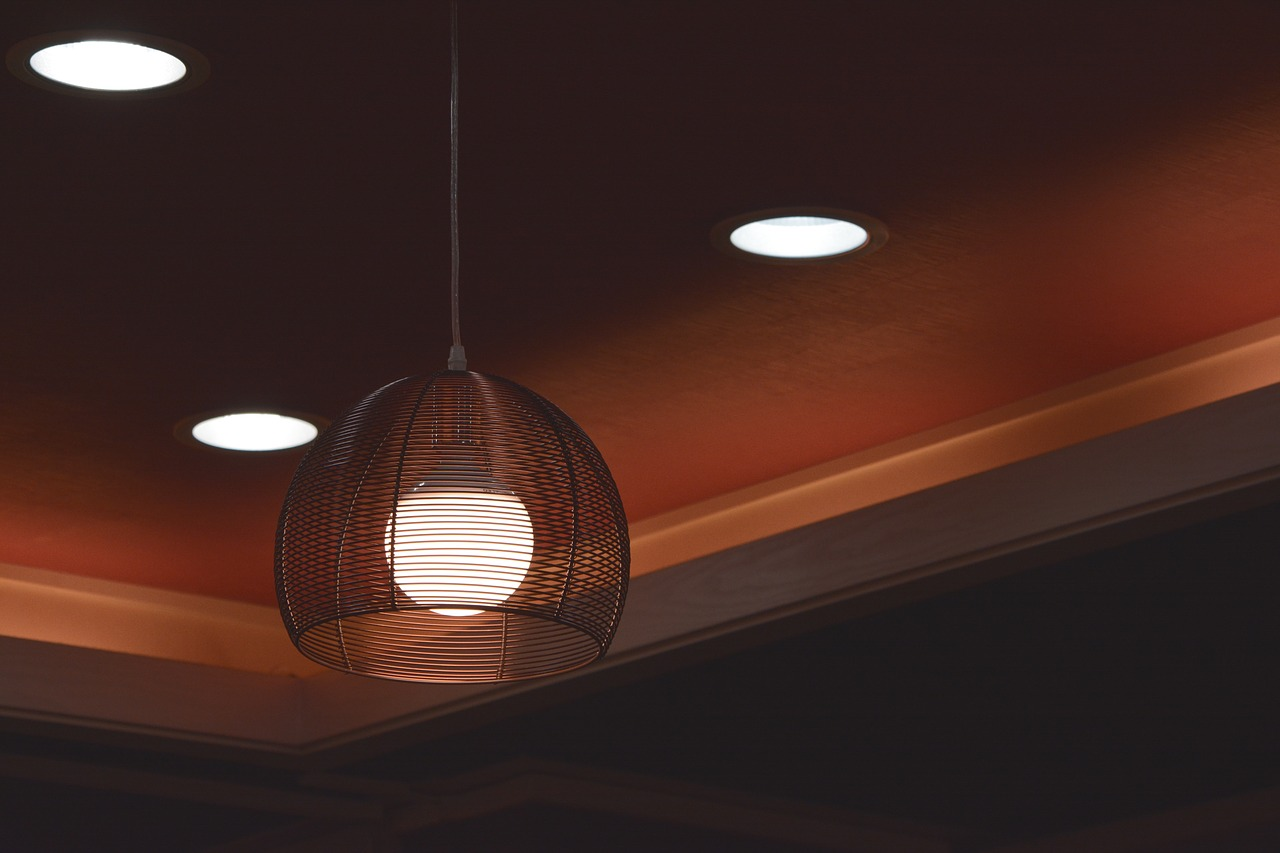 Oblíbené jsou také kovové a různé drátěné lustry.