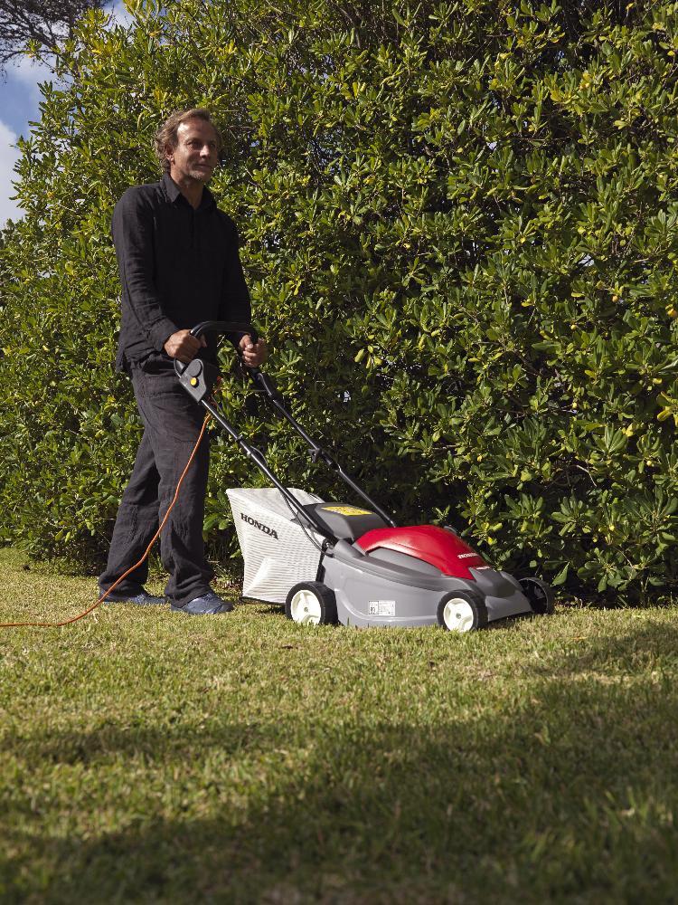 První jarní sestřih provádějte až poté, co trávník zcela vyschne. Sekejte ho do výšky zhruba 3 centimetry.