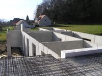 Pasivní dům z betonu je stavěn s menšími náklady a navíc je celkově úspornější.