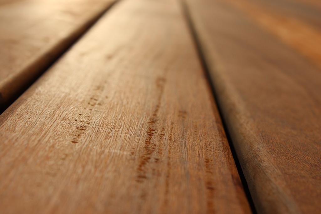 Dřevěnou podlahu je lépe denně vysávat než vytírat mokrým hadrem.