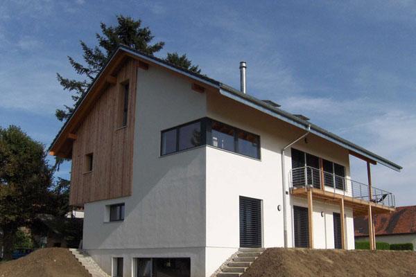 Dřevo má vynikající tepelně-izolační vlastnosti. Díky schopnosti regulovat vlhkost má skvělé vlastnosti optimálně upravující mikroklima stavby.