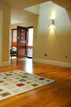Masivní dřevěná podlaha je nadčasová a jednoduše krásná.