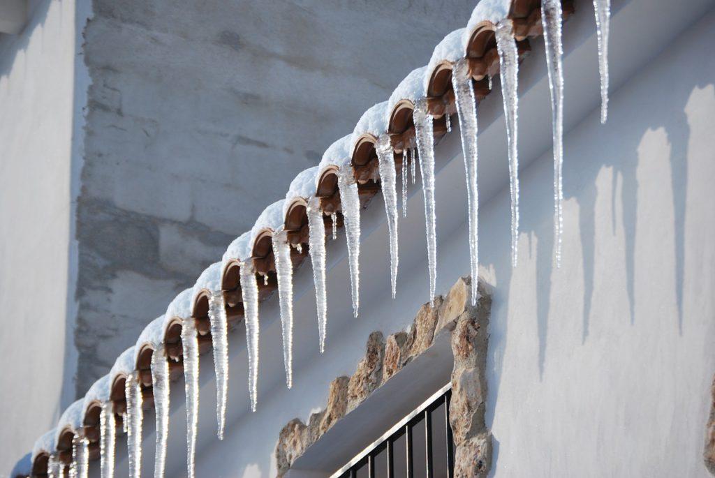 Základní kontrola střechy a krytiny ve smyslu, zda někde nezatéká, je jednoduchá a zvládnete ji sami.