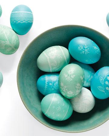 Něžně krajkovaná velikonoční vajíčka v netradičních pastelových barvách.