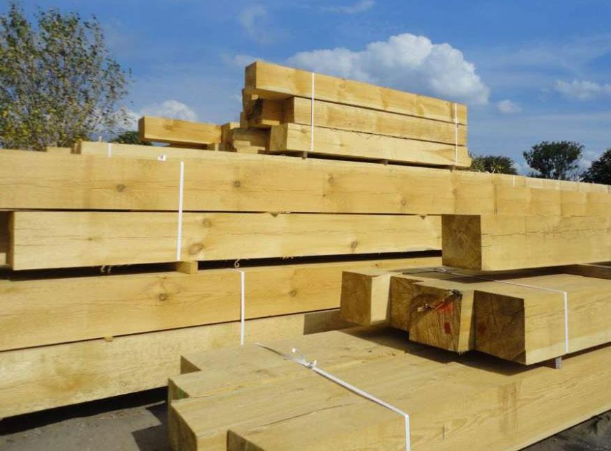 Smrkové dřevo je dostupné, levné, ale hodně sesychá a stavba si dlouho sedá.