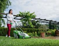 Několik praktických rad pro nádherný letní trávník, který vám budou sousedé závidět