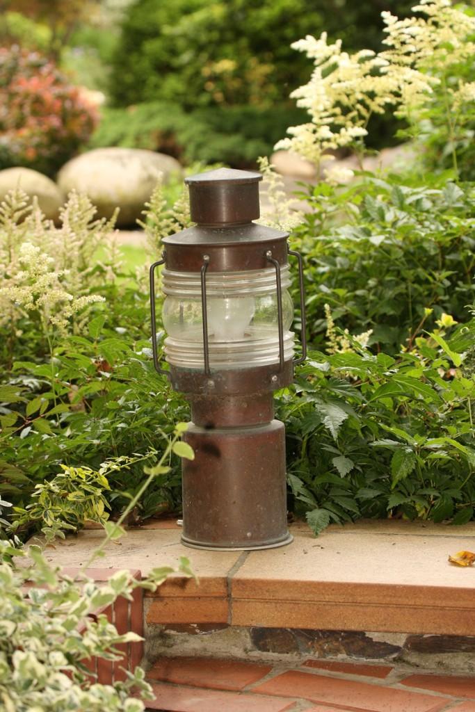 Nejrozšířenější osvětlení zahrady jsou lampy na elektřinu.