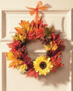 Krásná podzimní dekorace, to je věnec v hřejivých barvách a přírodního materiálu. Pokud si na jeho výrobu netroufáte sami, pak jej můžete zakoupit v řetězci KIK od 219 korun.