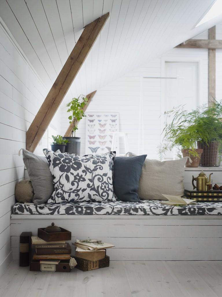S dřevěnými nábytkem ladí motivy květin. (Foto: Ikea)
