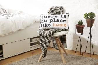 Je váš byt příliš fádní? Pořiďte si dekorativní polštáře!
