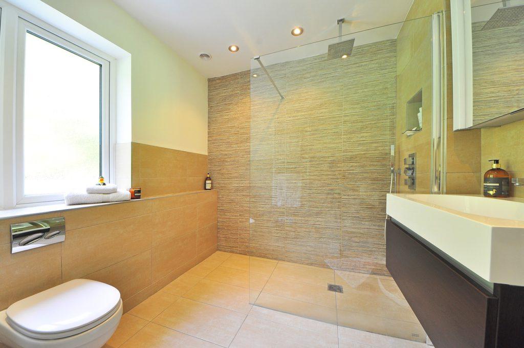 Velmi oblíbené jsou walk-in sprchy. Jsou tvořené skleněnou stěnou a odtokovým kanálkem. Taková sprcha je prakticky bezbariérová.