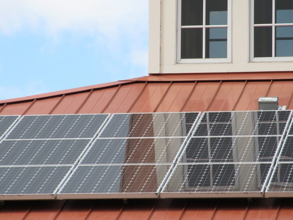 Solární panely lze rozdělit podle dvou principů - solární a fotovoltaické. Solární panely ohřívají vodu, fotovoltaické panely přeměňují sluneční energii na elektřinu.