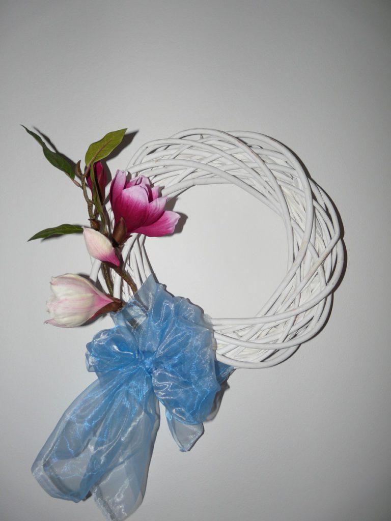 Jednoduchý jarní věnec vyrobený za pár minut a pár kaček - stačí korpus, široká stuha nebo mašle a květ - v tomto případě magnólie.