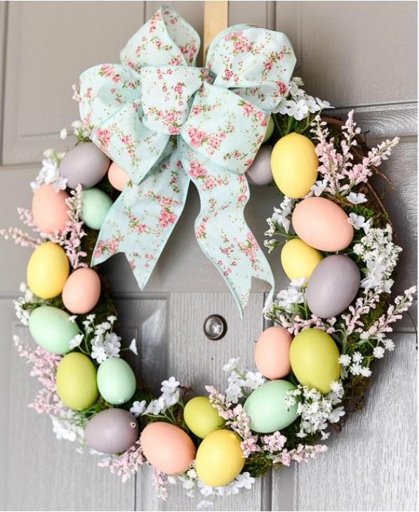 Velikonoční věnec v něžných pastelových barvách - základem je korpus, snítky usušené statice, mašle, malá plastová vajíčka.