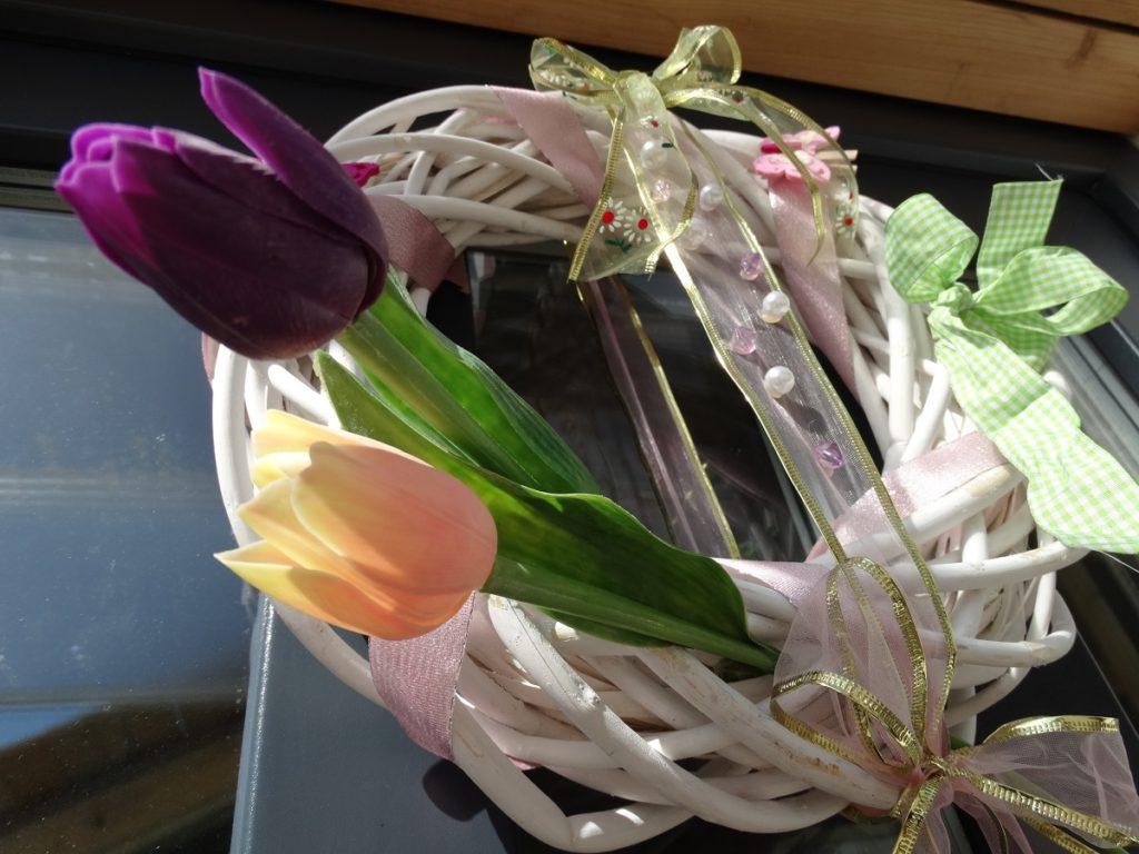 Jarní věnec na vchodové dveře s tulipány.