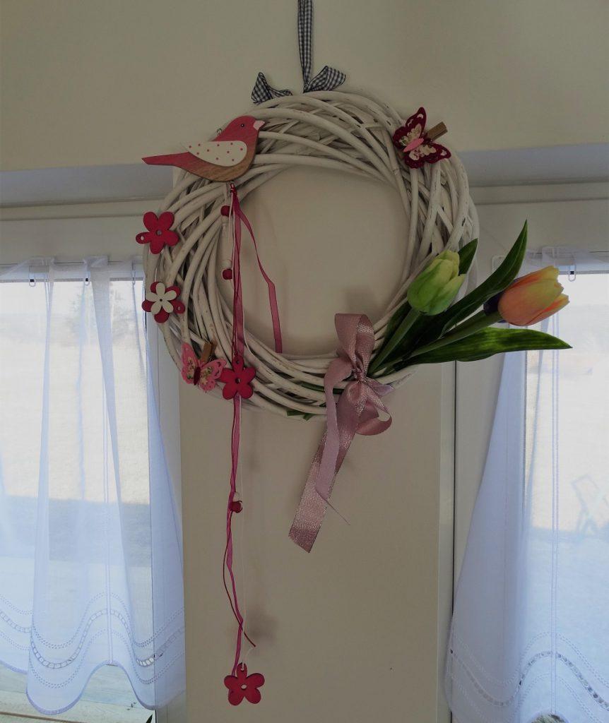 Zeď v jídelně nebo obývacím pokoji ozdobí jarní věnec s tulipány, ptáčkem a motýly.