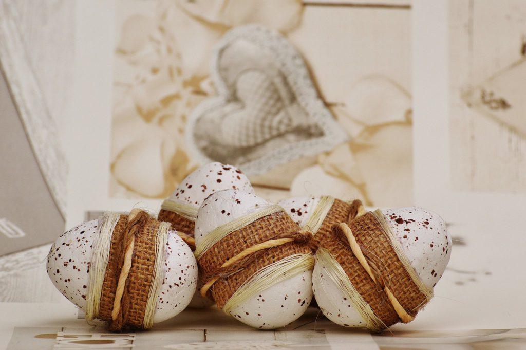 Velmi efektní budou přírodní vajíčka ovázané jutou a lýkem. Pokud k nim na bílou mísu naaranžujete snítky levandule, bude výsledný efekt dokonalý.