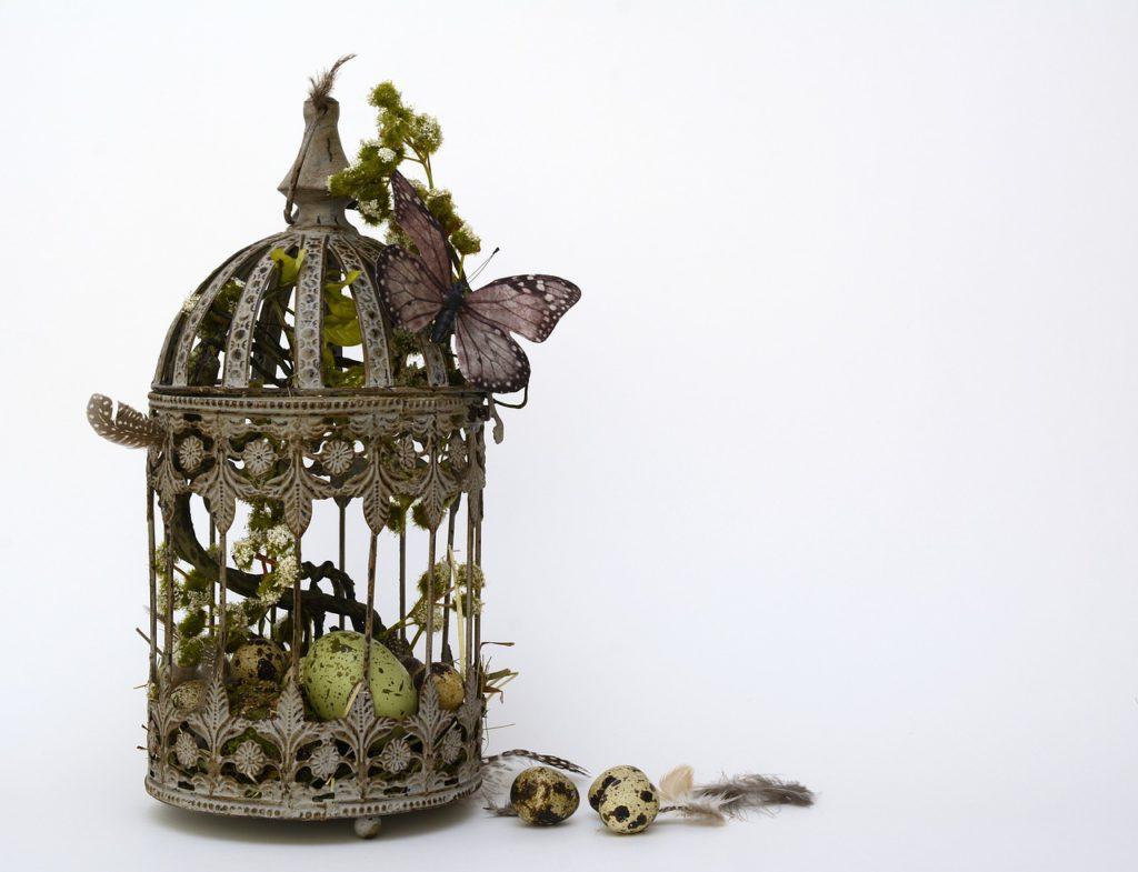 Naaranžujte barevná vajíčka, peříčka a stužky do dekorativní lucerny. Použít můžete i jarní motivy - ptáčky, kuřátka, motýly...