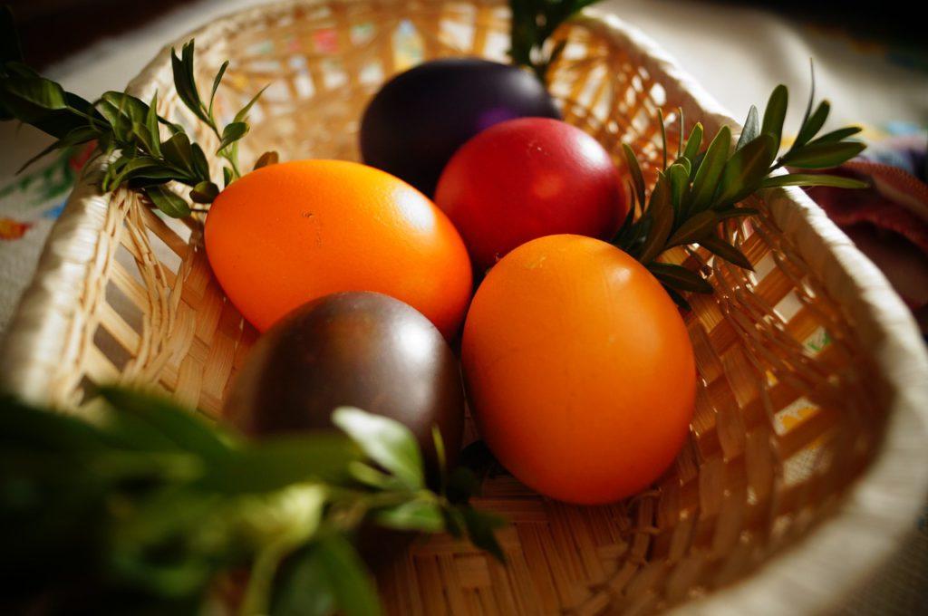 Na Bílou sobotu upečte beránka nebo mazanec, nabarvěte vajíčka a upleťte pomlázku.