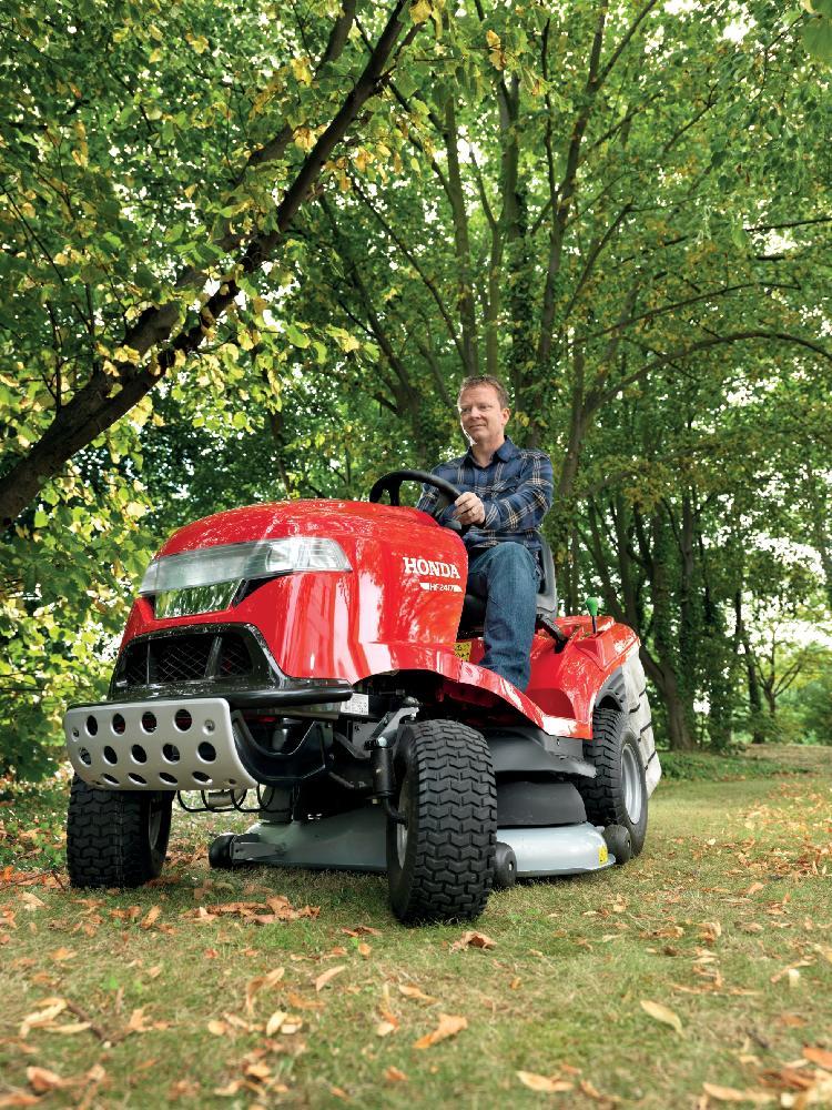 Větší plochy hravě zvládne zahradní traktor.