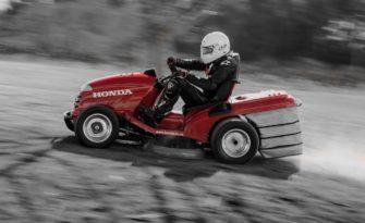 Výběr zahradního traktoru, i při sekání trávy se můžete cítit jako pilot F1