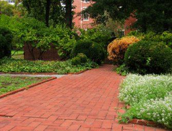 Zahradní chodníček z cihel