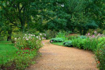 Výhody a nevýhody jednotlivých materiálů na zahradní cesty