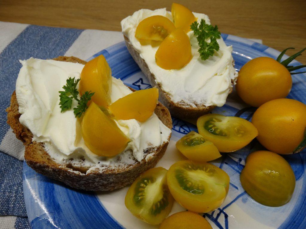 Chleba s pomazánkovým a rajčata - jednoduše dobrota!