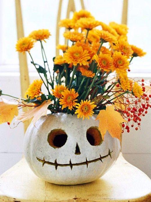 Krásnou dekorací na stůl bude vydlabaná dýně, která poslouží jako váza na květiny. Stačí do vydlabaného vnitřku umístit nádobu s vodou a řezané květiny.