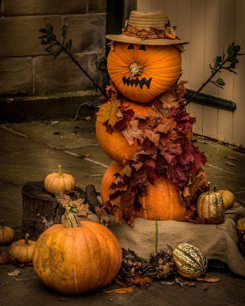 Pokud použijete více dýní, můžete z nich poskládat krásného podzimního skřítka. Ozdobený šálou z padaného listí a starým kloboukem bude prostě neodolatelný!