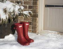 Jak uklidit sněhovou nadílku? Postaru lopatou nebo raději moderně pomocí sněhové frézy.