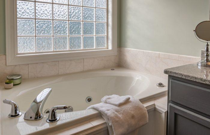 Jak zařídit malou koupelnu? Vsaďte na světlé barvy a sprchový kout