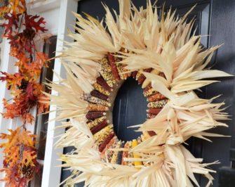 Podzimní věnec z kukuřice ozdobí každé dveře